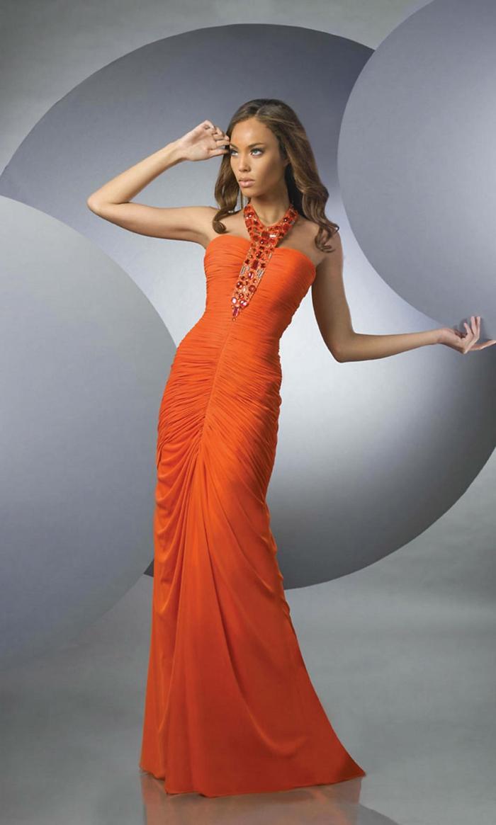 kleid-in-orange-elegante-gestaltung-grauer-hintergrund