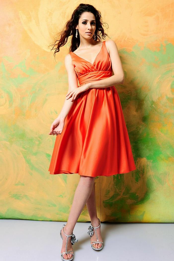 kleid-in-orange-glänzendes-modell