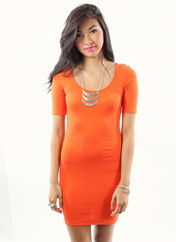 kleid-in-orange-junges-mädchen