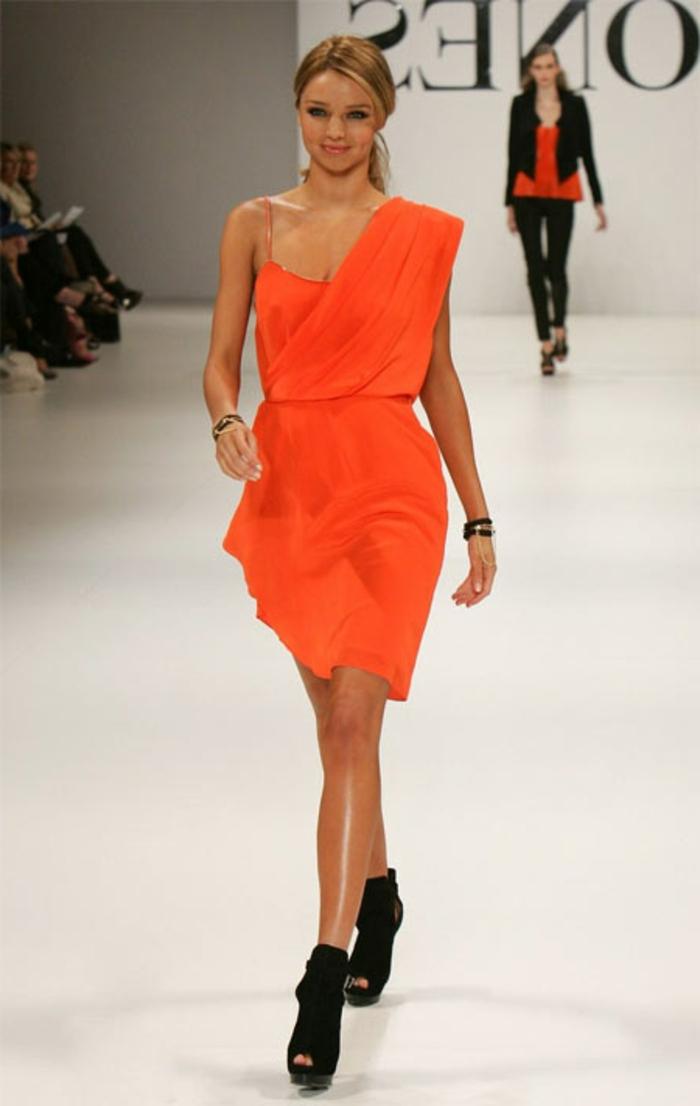 kleid-in-orange-modell-auf-der-bühne