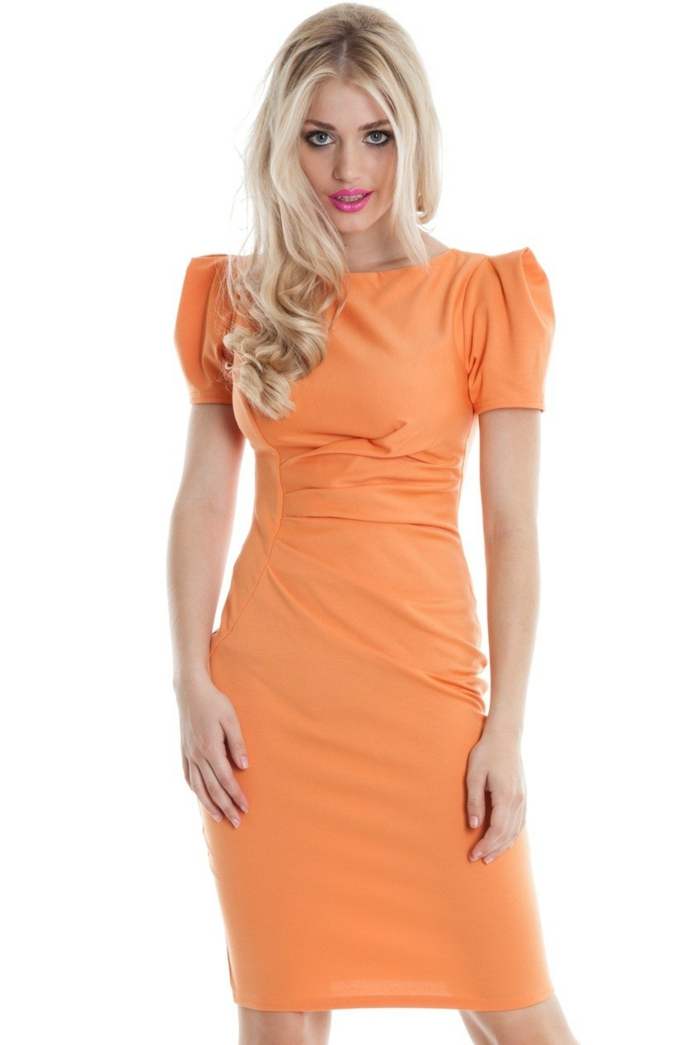 kleid-in-orange-schöne-blonde-frau