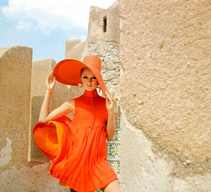 kleid-in-orange-schönes-modell-mit-einem-hut