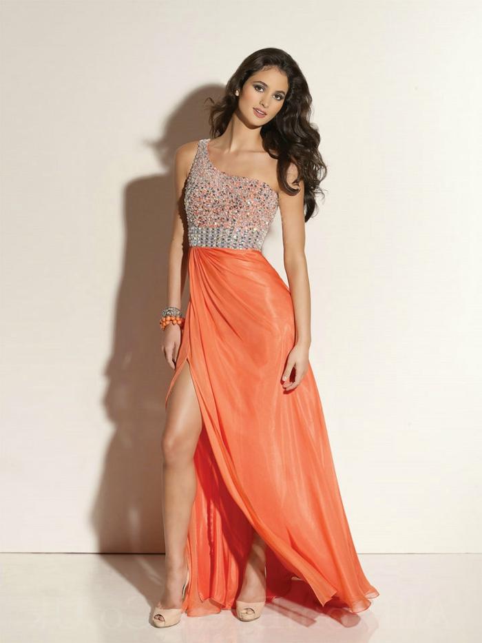 kleid-in-orange-schlanke-schöne-dame