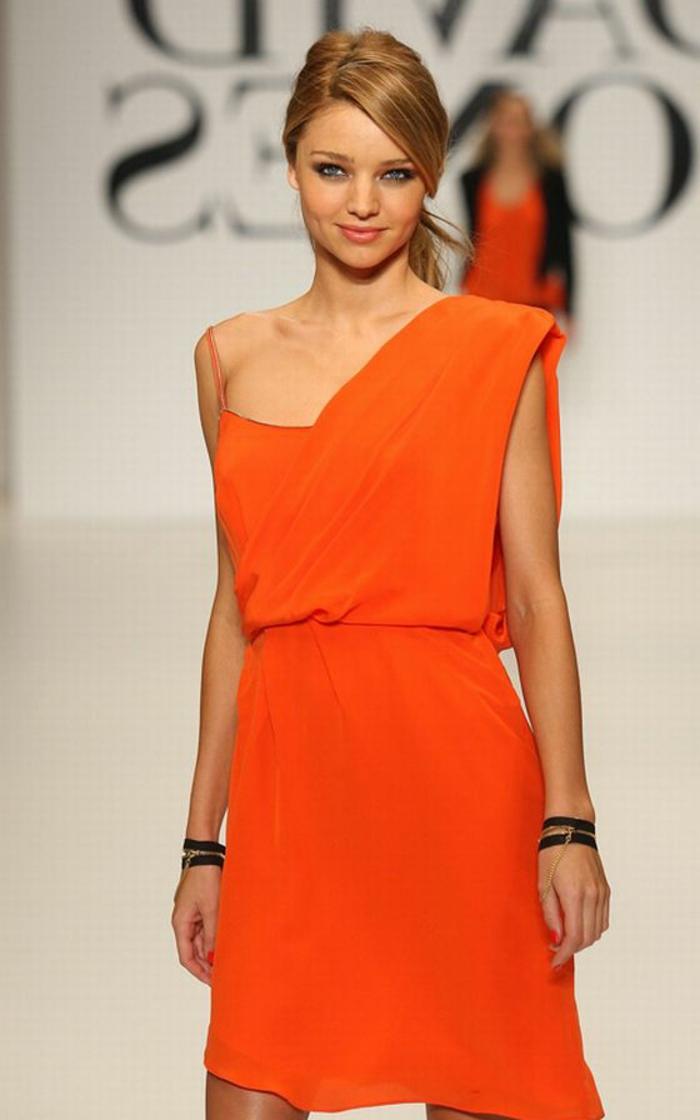kleid-in-orange-super-schöne-dame