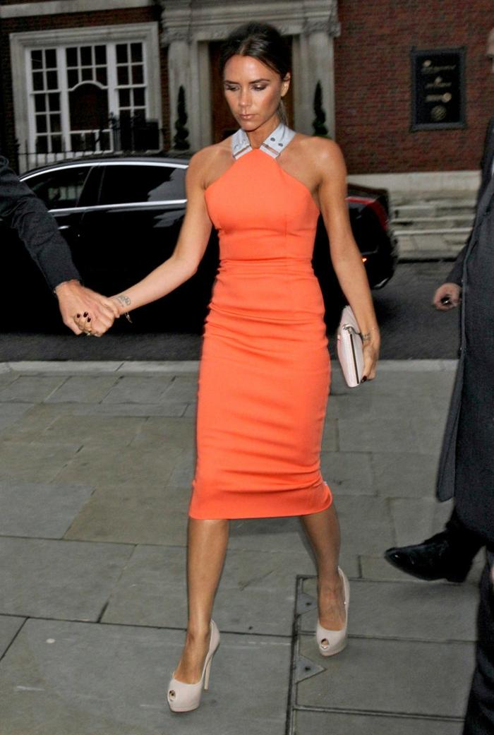 kleid-in-orange-victoria-beckam-eleganter-look