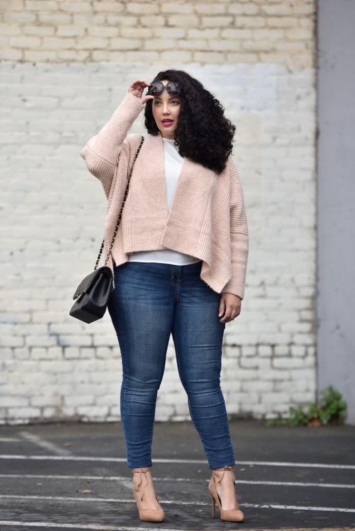kleider für mollige damen, gebst outfit für damen, dunkelblaue jeans, weiße bluse, weite rosa weste
