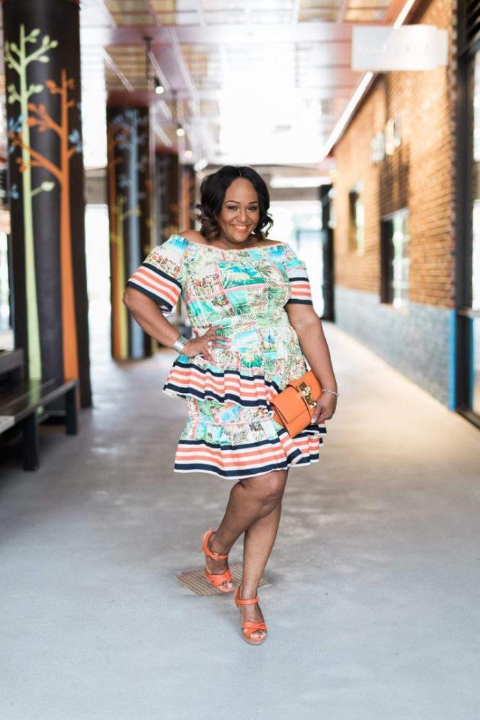kleider für mollige frauen, buntes sommerkleid mit rüschen und kurzen ärmeln, orangenfarbene tasche und schuhe