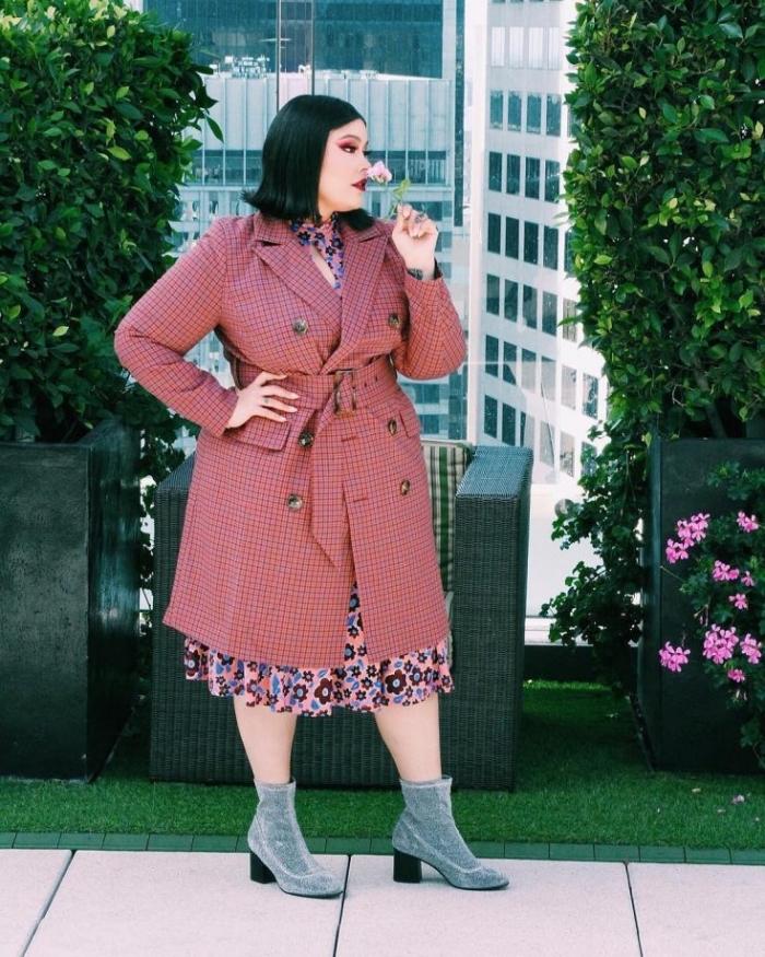 kleider für mollige frauen, rosa mantel mit großen knöfpen, graue schuhe, hebst outfit damen
