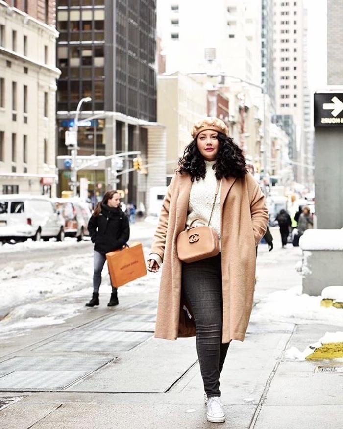 kleider für mollige damen, hebst outfit ideen, schwarze jeans, weißer pulli, beiger mantel, damenoutfits