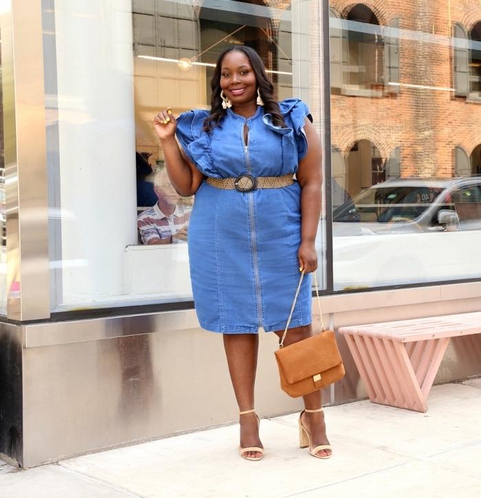kleider für mollige damen, sommeroutfits ideen, jeanskleid mit rüschen, beige tasche, großer gürtel
