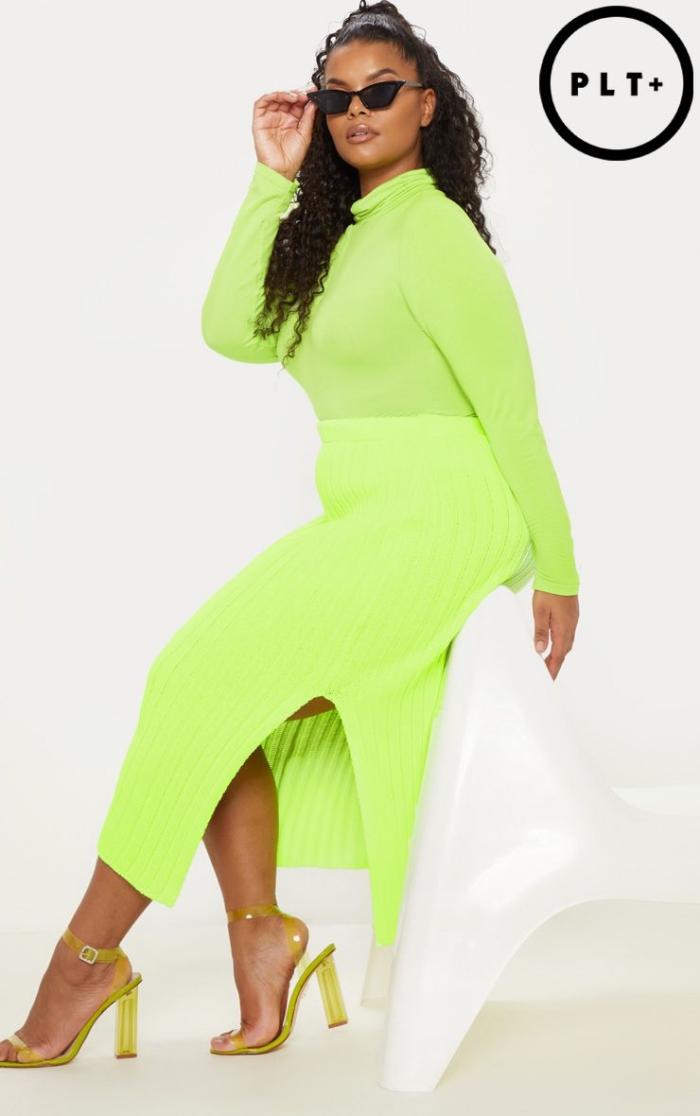kleider für mollige, trendige outfits 2019, sonnenbrille in retro stil, hohe schuhe, neongrüner pulli, gerader rock