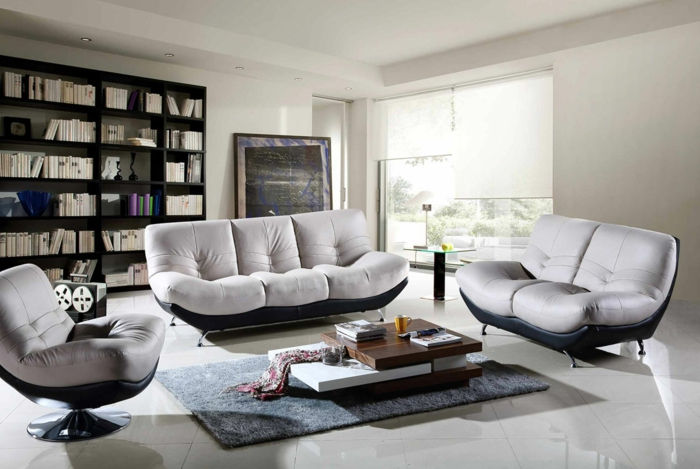 kleine-Sofas-Leder-grau-dunkelblau-Bücherwand-modernes-Interieur