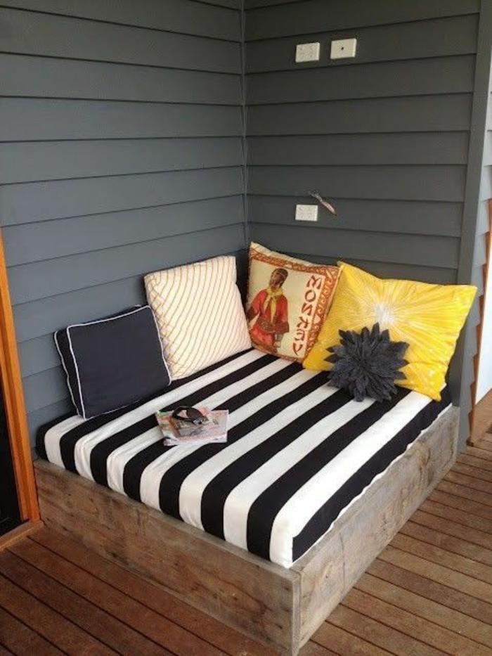 kleine-gestreifte-Couch-schlafsofa-süße-Kissen-Veranda