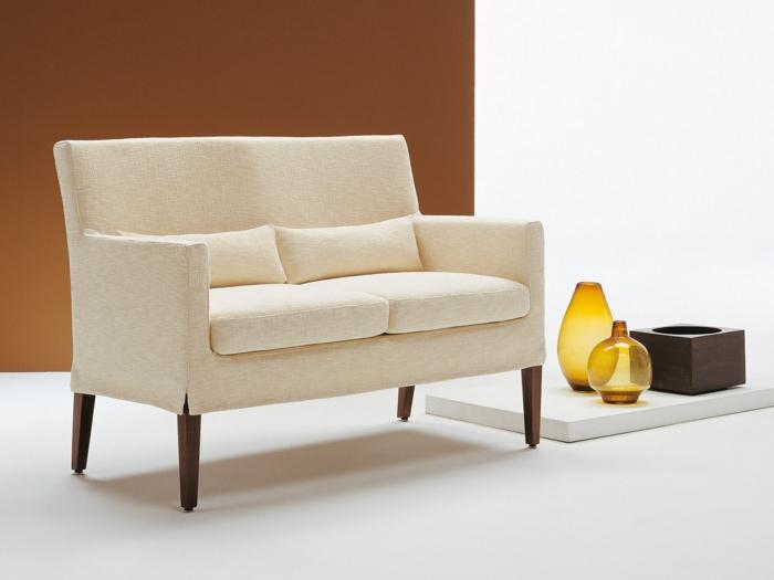kleines-Sofa-Textil-Polster-beige-Farbe-italienisches-Design-stilvolle-Vasen