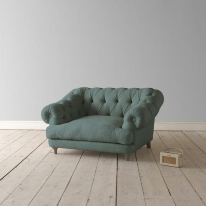 kleines-Sofa-dunkelgrüne-Farbe-Knöpfe-elegant-kompakt