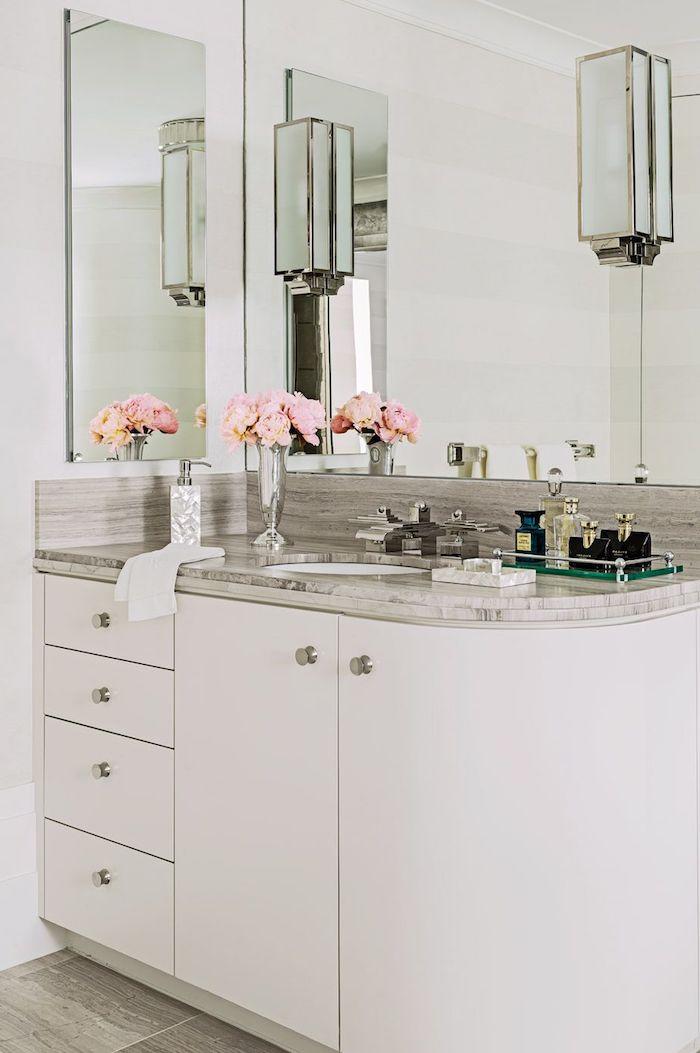 Badezimmerschrank mit Marmoroberfläche, zwei viereckige Badspiegel