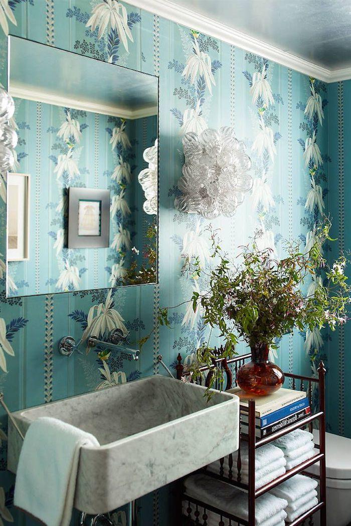 Badezimmer modern gestalten, wasserdichte Tapete mit Blumenmuster, vierrckiger Spiegel und Waschbecken aus Marmor