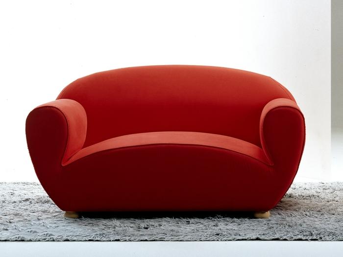 kleines-sympatisches-Sofa-rot-kokett-schick-italienisches-Design-flaumiger-grauer-Teppich