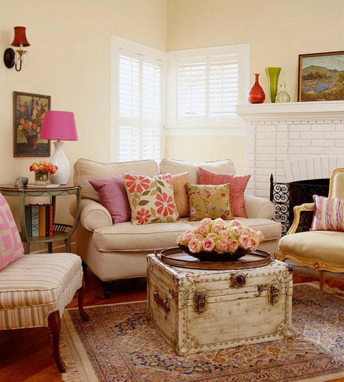kokettes-Interieur-Landhausstil-shabby-chic-Elemente-Rosen-vintage-Kasten-weißes-Sofa-bunte-Kissen-rosa-Lampe-Vasen