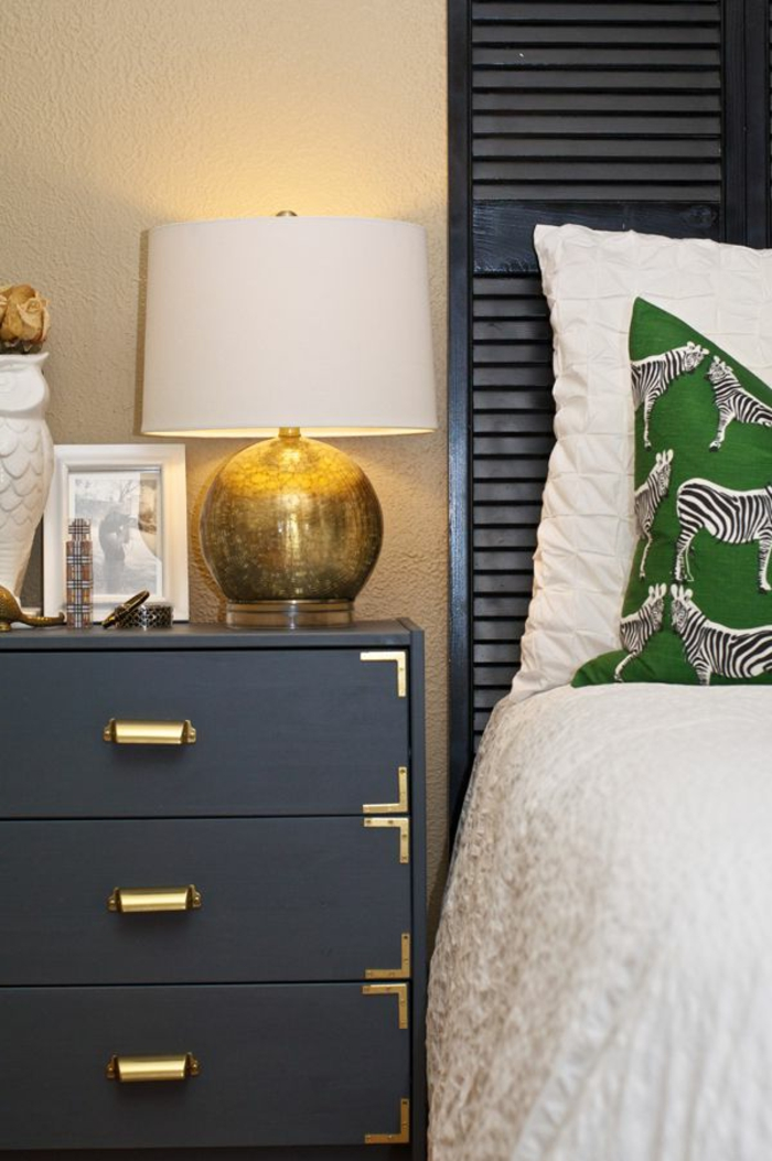 kommode-in-schwarz-kleines-gemütliches-schlafzimmer