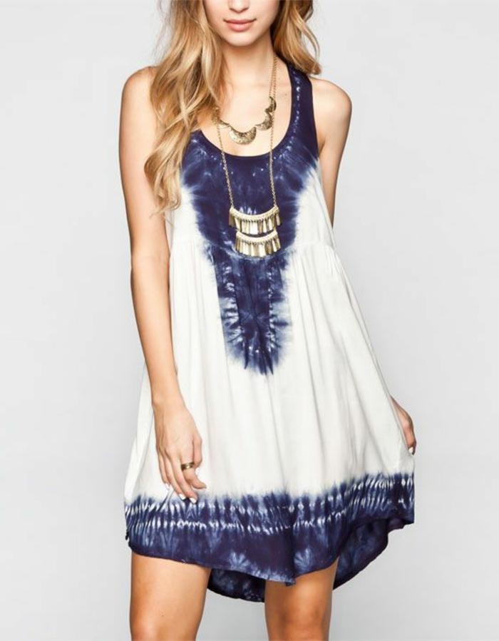kurzes-Boho-chic-Kleid-blau-weiß-Schmuck