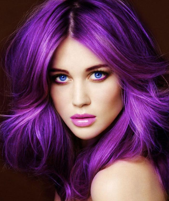 lila-haarfarbe-eine-sehr-elegante-dame