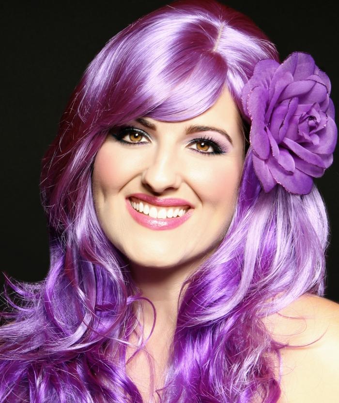 lila-haarfarbe-glänzänd-und-schön
