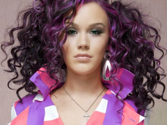 lila-haarfarbe-große-haare