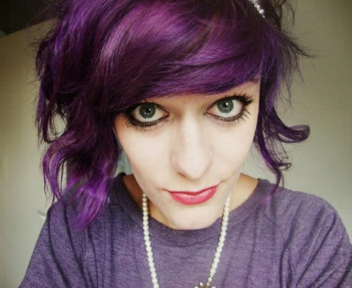 lila-haarfarbe-kurze-und-interessante-frisur