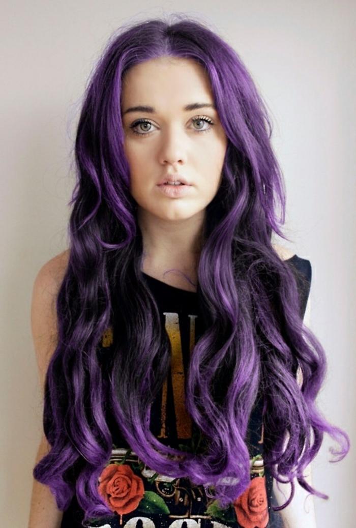 lila-haarfarbe-schöne-locken