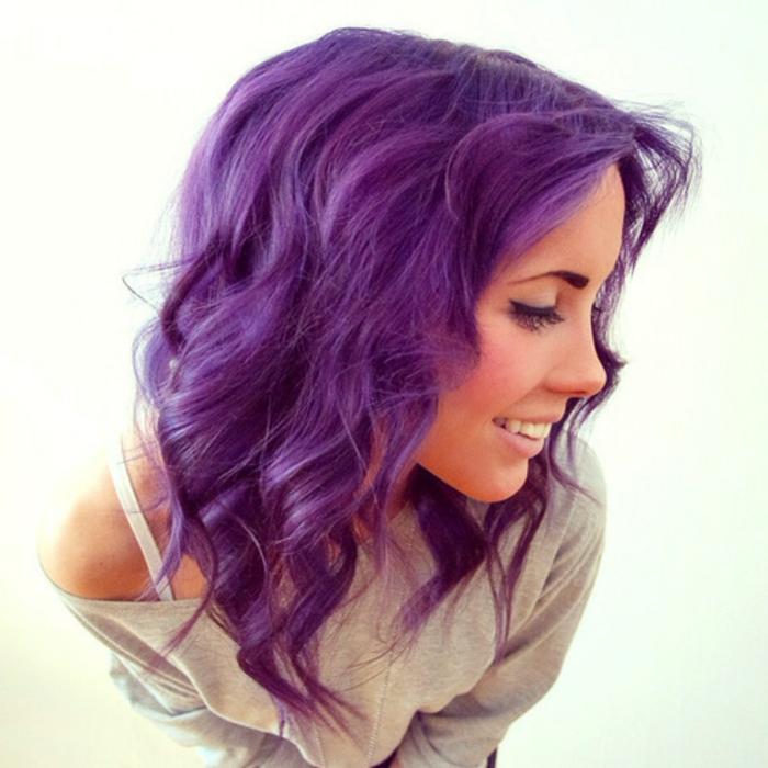 lila-haarfarbe-schönes-mädchen-lächelt