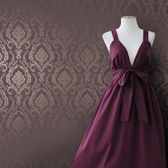 lila-tapete-ein-schönes-kleid