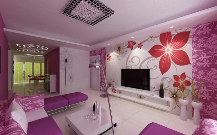 lila-tapete-florale-motive-an-der-wand
