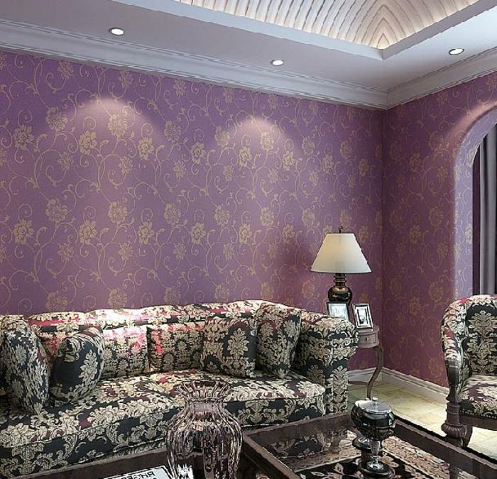 lila-tapete-gemütliches-wohnzimmer