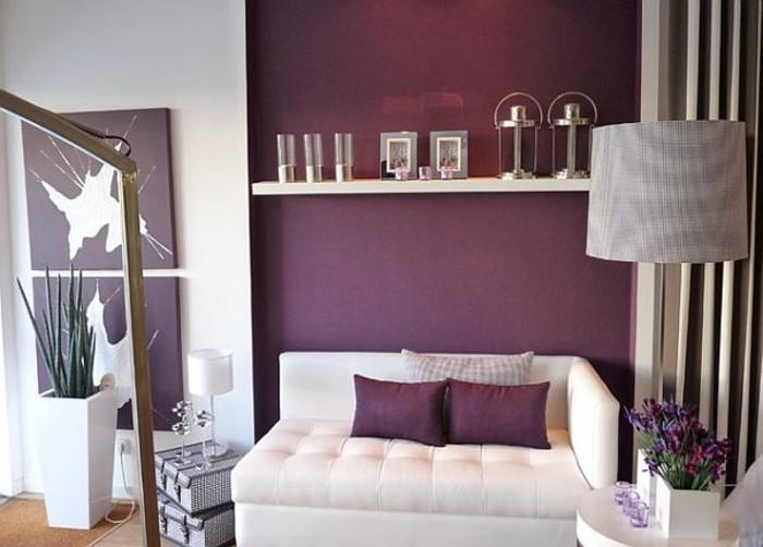 lila-tapete-weißes-schönes-sofa