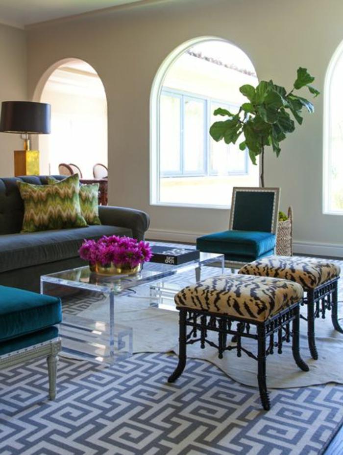luxuriöses-Wohnzimmer-durchsichtiger-Couchtisch-Blumen-Zyklamen-Farbe-Samt-Möbel