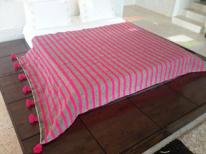 marokkanische-Bettdecke-Pom-Poms-Streifen-grau-Zyklamen-Farbe