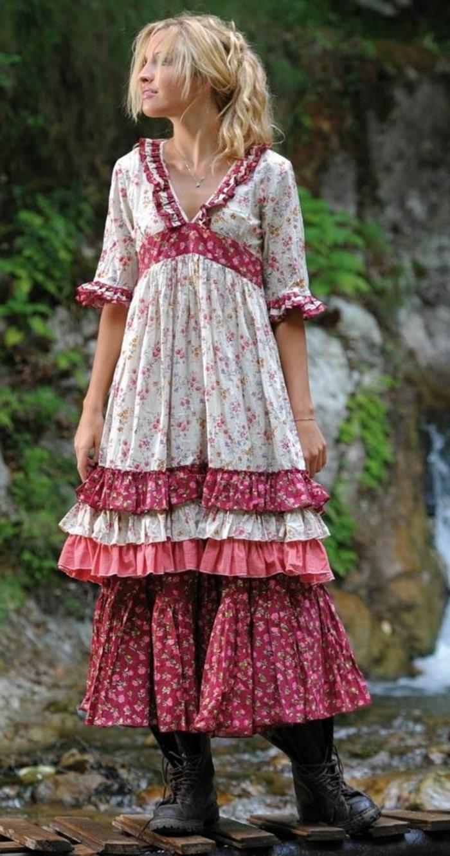 mehrschichtiges-boho-Kleid-rot-weiß-männliche-Stiefel