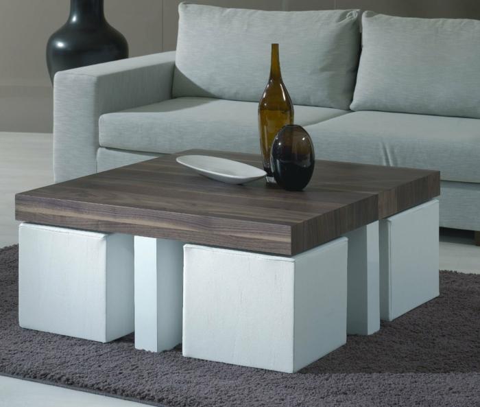 minimalistisches-Interieur-Couchtisch-Holz-weiße-Hocker-Designer-Vasen