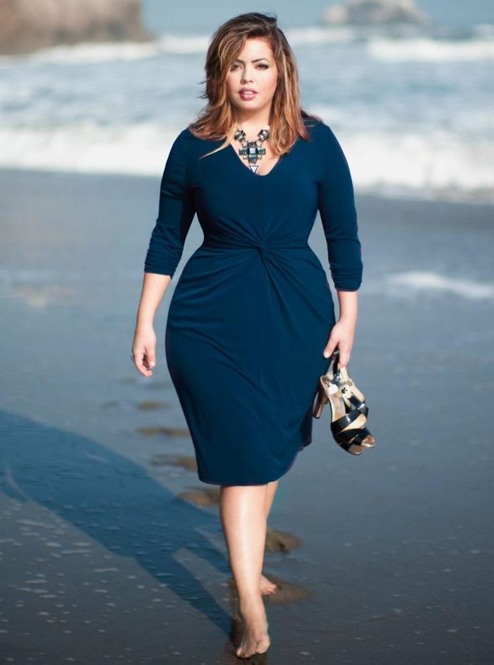 mode-für-mollige-blaues-schönes-kleid