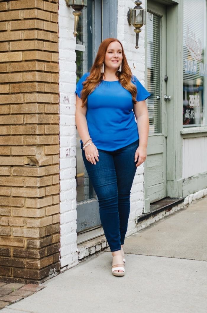 mode für große großen, dunkelblaue jeans, blaues t shirt, karamellfarbe haare, frühlingoutfit damen