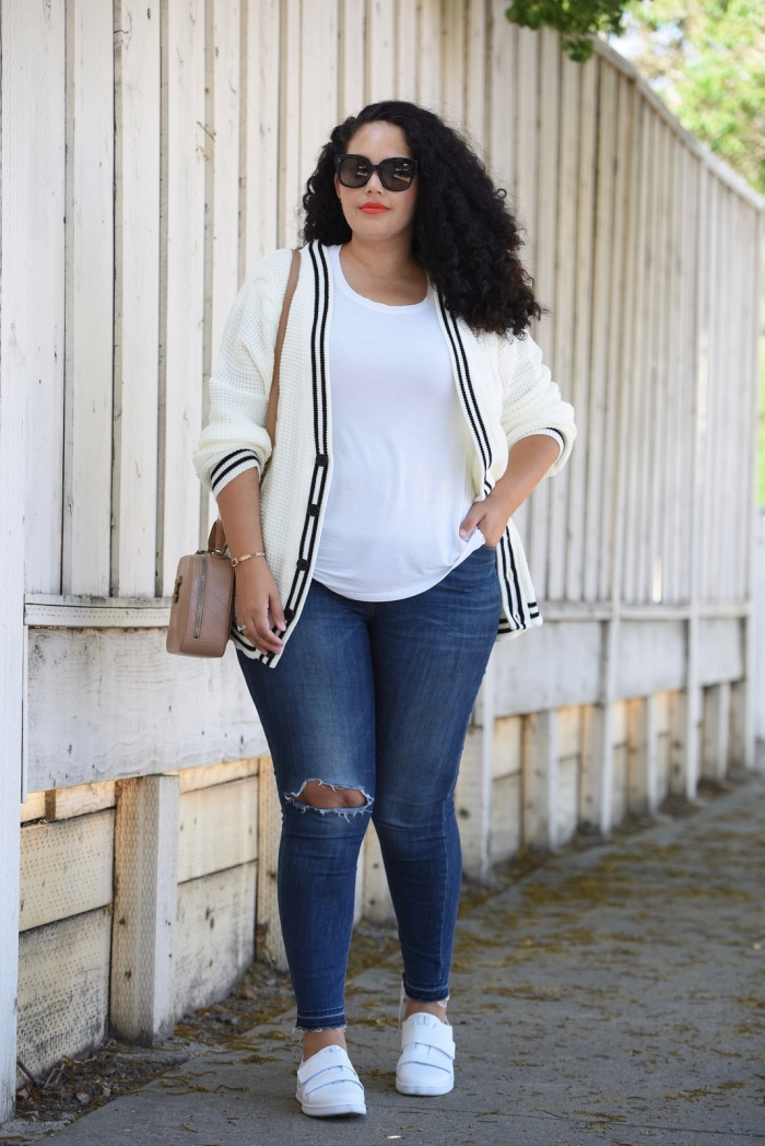 mode für große großen, dunkelblaue jeans, weißes t shirt, große sonnenbrille, sportschuhe