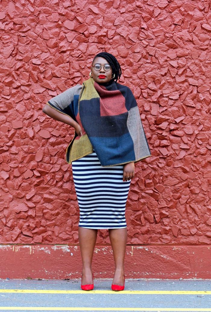 mode für große großen, rote schuhe, gestreifter rock, großer schal, hebst outfit damen