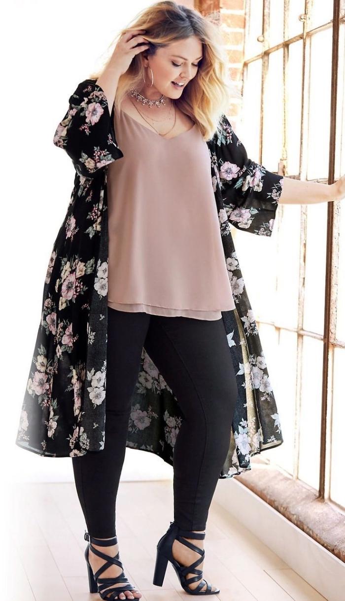 schwarze hose, weite beige bluse, tüllweste mit floralen motiven, mode für große großen,