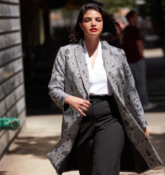 mode für mollige, business outfit ideen, schwarze hose, weißes hemd, grauer mantel mit floralen mtoiven