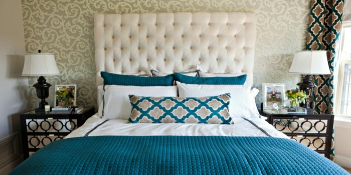 modern-eingerichtetes-Schlafzimmer-elegante-Bettwäsche-Tagesdecke-türkis