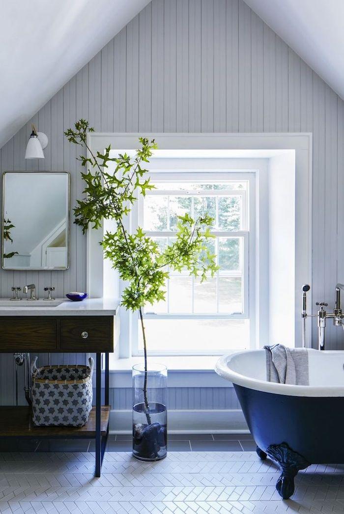 Badezimmer Einrichtung in Weiß, Badewanne außen schwarz innen weiß, Badezimmerschrank aus Holz, viereckiger Spiegel