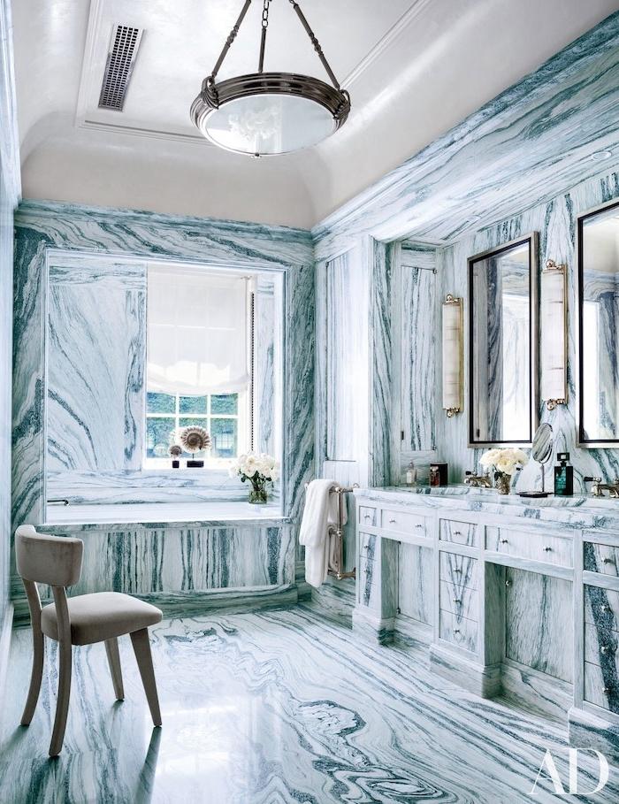 Badezimmer Gestaltung mit Marmoreffekt, zwei viereckige Spiegel, Badewanne und Badezimmerspiegel