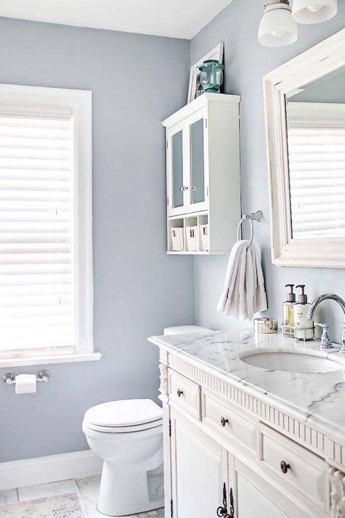 Weiße Badezimmermöbel, Wandfarbe Grau, Waschbecken mit Marmoroberfläche