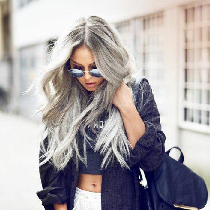 moderne-frauen-damenmode-lange-haare-grau-färben